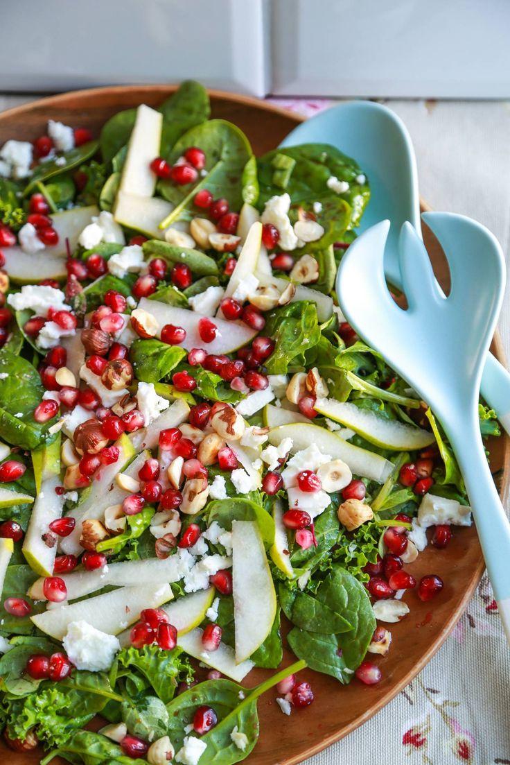 Pære, feta og granateple-salat. Veldig god med salater og reddik fra hagen :) Trenger bare en pære.