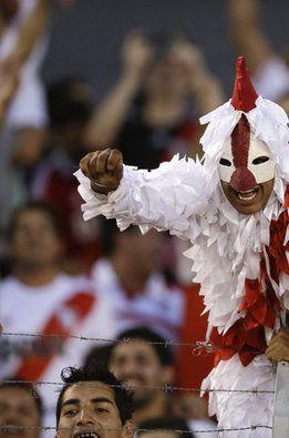 Un aficionado del River Plate vestido de 'gallina'