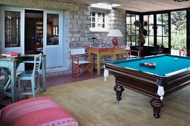Tres casas con estilo campo  En el playroom: juego de ajedrez mejicano, mesa de billar y piezas de distintos orígenes y antigüedades, más la combinación de materiales, le dan vida a un espacio ideal para divertirse con amigos..