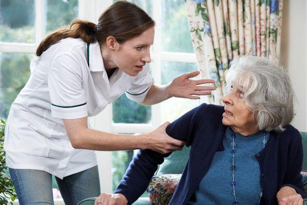 """De situatie in verpleeghuizen is minder slecht dan het lijkt. Dat zegt de directie van verzorgingshuis De Zonnegaerde in Leeuwarden. """"Onze bejaarden mogen elke maand douchen en krijgen elke dag te eten"""", zegt directeur Wout Buinstra. DeInspectie voor de Gezondheidszorg publiceerde een zwarte lijst vanverpleeghuizen, waarin de zorg onder de maat is. Ook De Zonnegaerde wordt door de inspectie in [...]"""