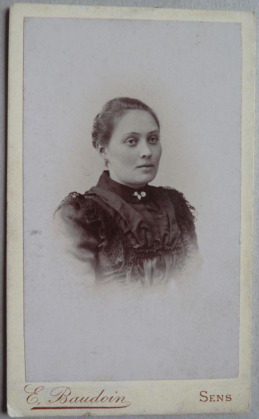 Photo Cdv Femme Par Baudoin à Sens Yonne 1880