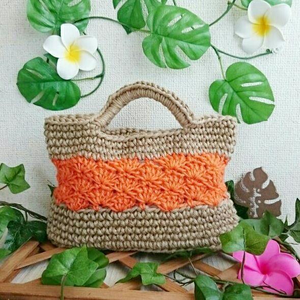 春夏に活躍間違いなしの 涼しげトートバッグです♪ 荷物が最小限の方にオススメ☆  ✴3枚目に着画あります✴   《size》  縦→15㎝(手持ち含まない)  横→25㎝(開口部)  底→6㎝幅(楕円底)  *素人採寸です!   長財布・携帯・ミニタオル・キー が入る大きさです!  オレンジの松編みの部分が 女性のくびれの様になって キレイなフォルムになってます☆ お天気の良い日に持つと キレイなオレンジ色がパッと目を引きます♪  荷物少なめの時ゃ 近所へのお散歩の時などに 持たれてはいかがですか(^-^)♪   自分持ちはもちろん ご家族ゃご友人、母の日ゃ記念日など… ギフトとしてもいかがですか? *折り畳んでの簡単なラッピングですが     包装致しますのでお申し付け下さい☆   *プロフ△確認△も合わせてお読み下さい*   春夏用バッグ  プレゼント 麻  麻バッグ  麻バック  麻ひも  麻ひもバッグ  麻ひもバック  麻ひもオレンジバッグ  かごバック  トートバッグ  トートバック  母の日  オレンジ  松編み  ギフト お散歩  ちょっとお出かけ  小さめバッグ
