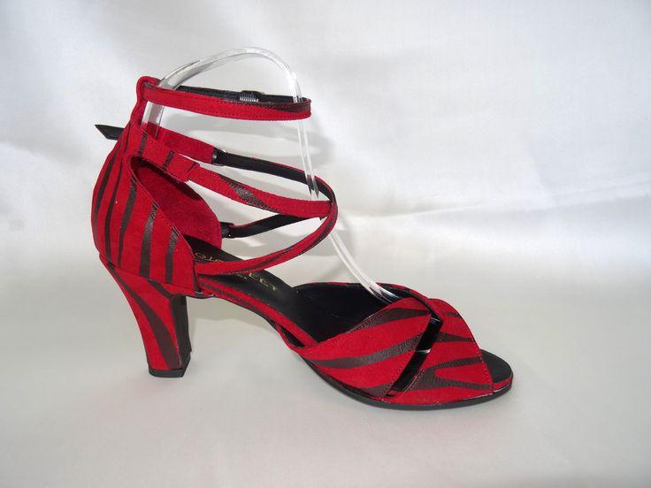 Céline BUSSY chaussure de danse, modèle Célia en daim zebré rouge et noir. Talon 9 cm bottine. Rock, salsa, bachata