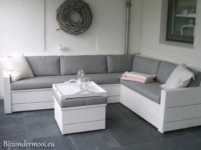 Bekijk de foto van Bijzondermooi met als titel Stijlvolle bank van wit geverfd steigerhout en andere inspirerende plaatjes op Welke.nl.
