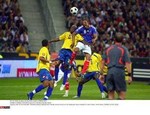 Un deporte en colombia es fútbol.