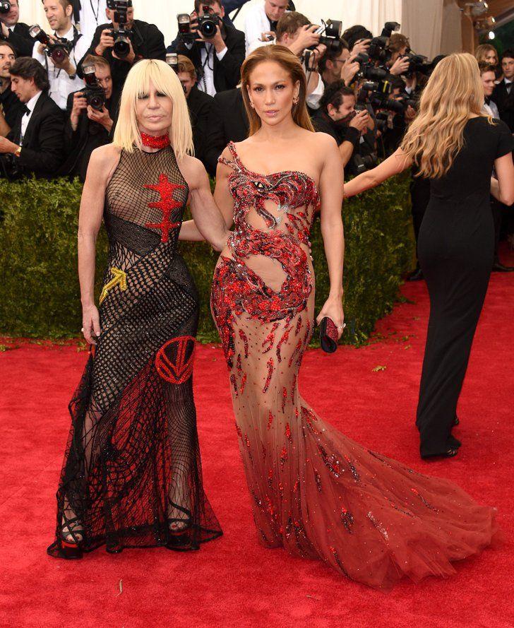 Pin for Later: Pour Voir Toutes les Photos du Met Gala, C'est Par Ici! Donatella Versace et Jennifer Lopez