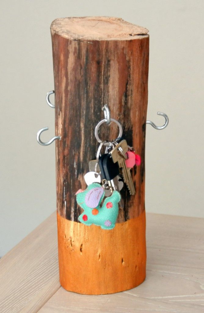 DIY We hebben weer een leuke klus met hout: dit handige sleutelrek die je gemakkelijk van een boomstronk kunt maken.