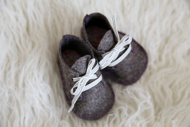 Handmade felt booties – via Junkaholique