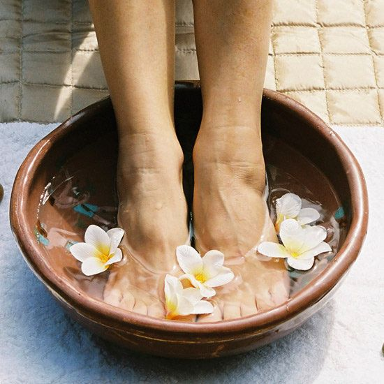 Talloni screpolati, i rimedi homemade...........le screpolature ai talloni si possono facilmente prevenire rispettando alcuni semplici accorgimenti. Per prevenire la pelle secca e screpolata su tutta la pianta del piede è bene utilizzare una crema esfoliante (dopo la doccia andrà benissimo), che aiuta a rimuovere le cellule morte rendendo la pelle morbida, seguita da una crema idratante che, grazie a sostanze come Urea, Aloe e Cheratina, riporta l'epidermide a un livello ottimale di…