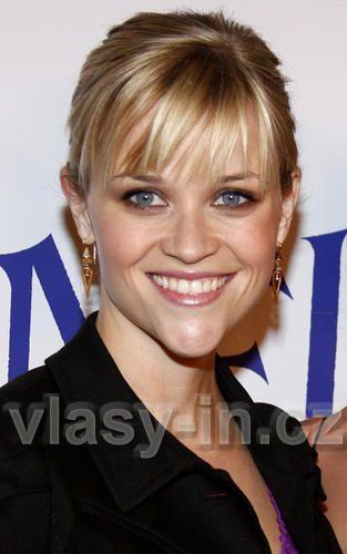 Reese Witherspoon - Vyčesaný společenský účes z rovných dlouhých vlasů blond barvy s ofinou do čela