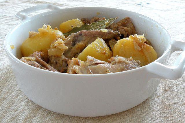 Conejo confitado con cebolla y patata        Esta receta que os traigo hoy es el resultado de esos días que tienes lío, debes hacer la co...