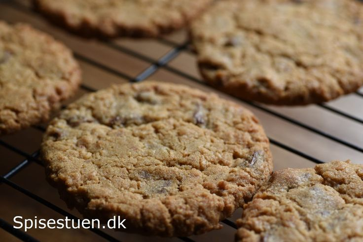 Hvis du er vild med Bounty chokoladebarerne,vil duelske disse cookies! Store cookies, der er sprøde udenpå og seje indeni, og med den skønneste smag af kokos og mælkechokolade :-) Sådan en lun co…