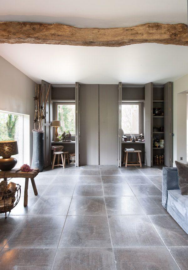 Prachtige vloer met tegels van kalksteen Gris Foussana - Kersbergen natuursteen - vloeren ideeën   UW-vloer.nl