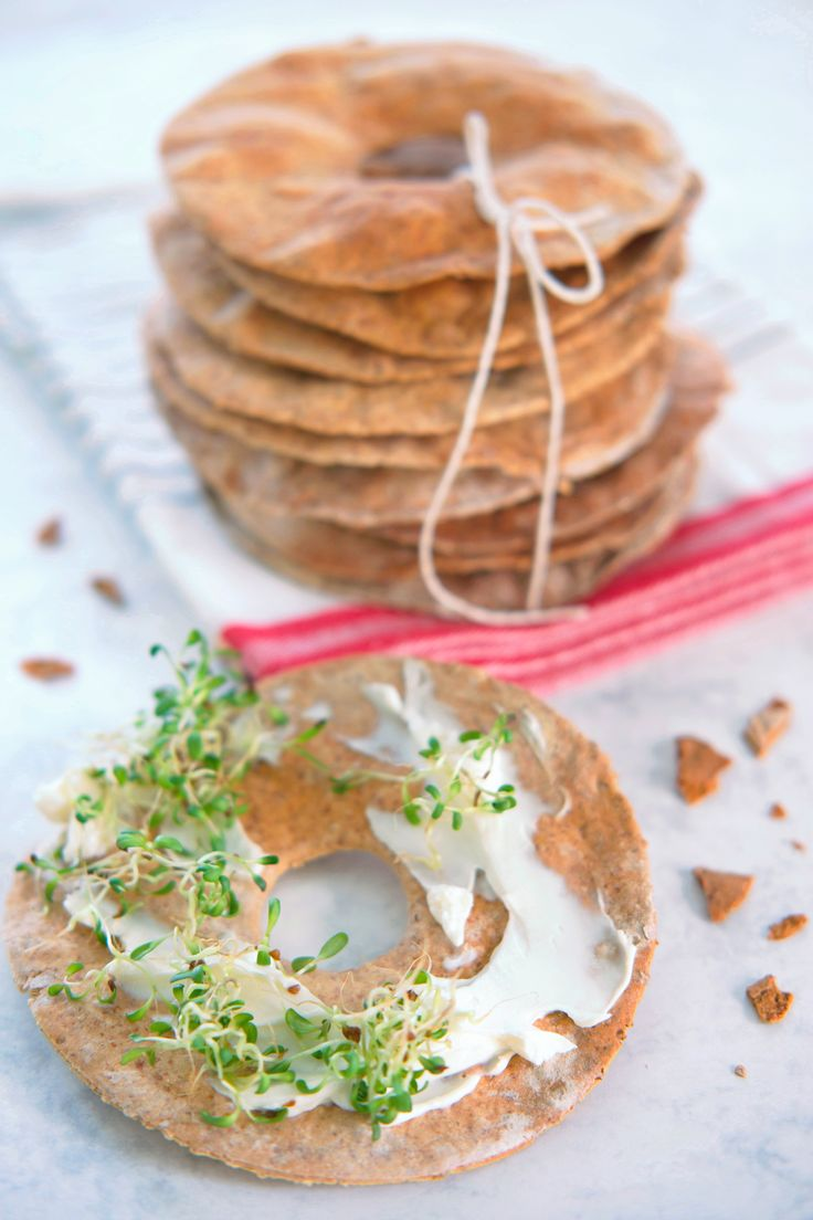 Lag hjemmelagde knekkebrød til julebordet! Disse deilige, sprø knekkebrødene med rug og surdeig er enkle å lage og særdeles smakfulle. Selvklart til julematen, nydelig som julegave og ellers fantastisk følge til ostebrettet eller frokosten. http://www.gastrogal.no/surdeig-knekkebrod-rug/ #Bakverk, #Knekkebrød, #Rugknekkebrød, #Rugmel, #Surdeig, #Surdeigsknekkebrød, #Vegetarisk