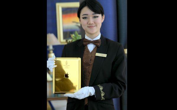 """(03) - Dubái: un hotel siete estrellas entrega un iPad de oro a huéspedes - El hotel Burj Al Arab de Dubái, considerado un siete estrellas, entregará a sus clientes un iPad de oro amarillo de 24 quilates para que les sirva como un conserje virtual y los oriente en su estadía en este lujoso establecimiento.    Según informa el diario español """"La Vanguardia"""", este iPad fabricado por la empresa británica Gold & Co permite a los huéspedes acceder a información básica."""