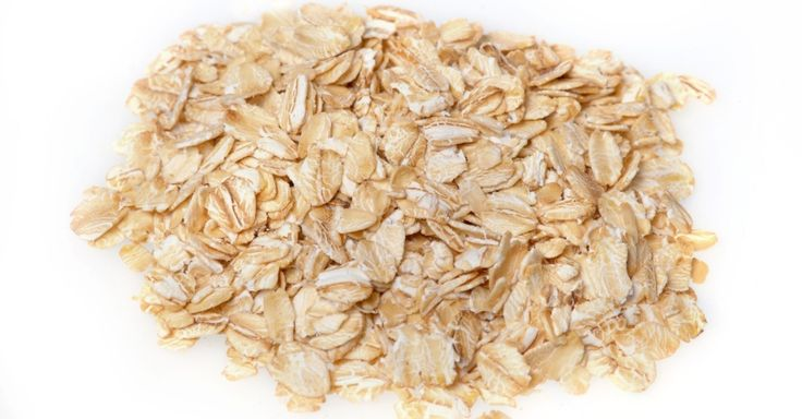 Conheça os 11 alimentos de origem vegetal mais ricos em proteínas. Em 5º lugar na lista de alimentos de origem vegetal ricos em proteínas, encontra-se a aveia crua em flocos. Cada 100 gr de aveia tem 13,9 gr de proteína. Além de ser importante fonte deste nutriente, a aveia crua em flocos melhora a digestão, ajuda a reduzir o colesterol ruim, entre outros benefícios. Ela pode ser consumida em vitaminas, panqueca, saladas, mingaus, sopas, pães, entre outros usos.  Fotografia: Thinkstock.