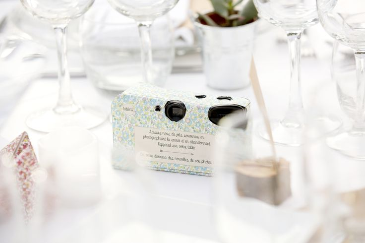 appareil photo jetable pour que les invités prennent des photos surprises à faire développer ensuite !