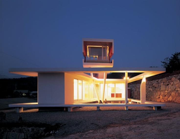 S-Mahal House od ateliéru Moon Hoon  Neobvyklé bydlení skryté za červenými závěsy vyrostlo nedaleko jihokorejského Soulu http://art.ihned.cz/c1-56245190