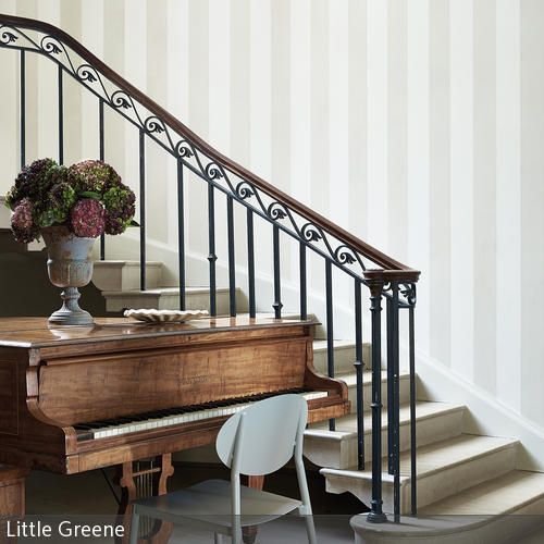 Dieser elegante Treppenaufgang mit Klavier wirkt fast wie aus vergangenen Zeiten. Das antike Klavier passt hervorragend zu dem klassischen Treppenaufgang mit …