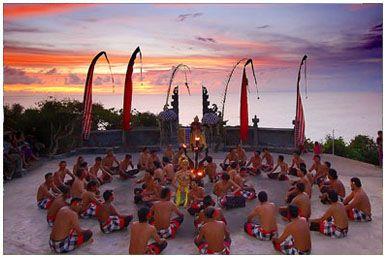 """Весь жизненный путь балийца размечен непрерывной чередой ритуалов. На """"острове богов"""" Бали культура ритуалов процветает. Одни ритуальные действия проводятся коллективно в храмах или святилищах, а другие, более простые, реализуются повседневно каждым человеком в бытовых ситуациях. Основная цель, которую символизирует ритуал – это очищение.Другая функция ритуалов – поддерживать мировое равновесие между добром и злом."""