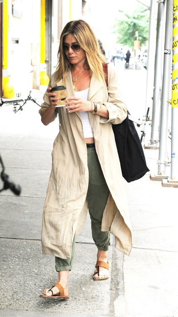 Looking for a comfortable summer outfit that involves pants but doesn't involve you overheating? Try this outfit idea inspired by Jennifer Aniston.