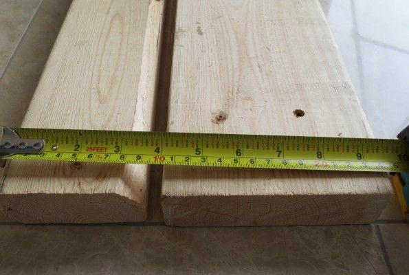 """カナダの家  カナディアン2☓4 (ツーバイフォー)  とは良く耳にするが、はてなんぞや?  と、カナダで家を建てるまで全くピンと来なかった。 """"カナディアン""""はともかく、 2☓4 とは 2インチ☓4インチ。 『2』は厚み。 『4』は幅。  つまり 柱に使う板のサイズのこと。1インチ≒2.5cm。 単純計算では、 5☓10cm の板となる。でも実寸では 4☓9cm。違うやん! そもそもインチ(フィート)の単位表示そのものがとてもアバウトに見える。…"""