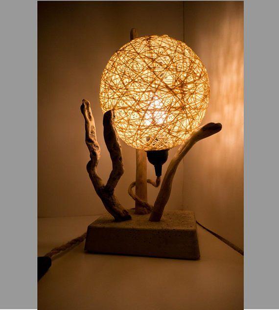 Pour une ambiance zen et chaleureuse du bois flotté, du fil de coton couleur lin sur un pied en béton brut. Cette lampe en bois flotté illuminera votre intérieur. Fil tissé torsadé écru 1.50m. Ampoule LED E27. #LampPied