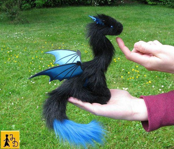 Drache Puppe Flügel posierbar schwarz blau Fantasie Tier Kunstfell handgemacht Plüsch Jerseydays niedlich weich