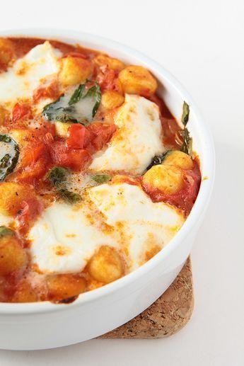 Wat vliegt erin? (voor 2) 1 zak 500 g aardappelgnocci (niet de pasta en niet de droge versie - uit het koelvak dus) 1 blik tomaten in blokjes (400 g) 1 ui 2 teentjes look 1 rode paprika 1 handvol basilicum blaadjes 1 kl gedroogde oregano pezo 1 zakje buffelmozarella (125 g) olijfolie Hak de ui, look en paprika fijn en fruit in olijfolie. Voeg tomaten toe en de gnocci. laat pruttelen. Kruid met pezo en oregano.scheur er de mozarella over. Leg er basilicum op en grill 6-7 minuutjes