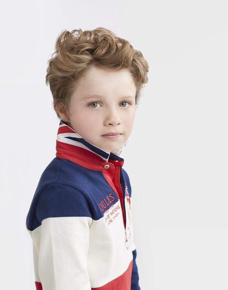 Tom Joules Rugby Shirt: Il a du style le petit mec avec ce très beau polo de rugby. Le col relevé décoré par le drapeau Britannique, et un écusson sur le cœur, il va être fier le petit mec. En portant ce polo, il va être beau votre petit mec.