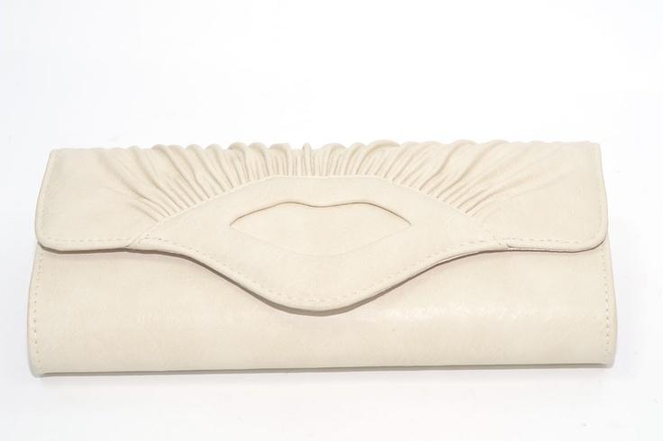 Clutch fruncido ($27.99 euros). Polipiel color beis. Rígido. Detalle central en forma de beso.    Medidas 14 cm x 28,5 cm x 5 cm  http://www.meigallo.com/
