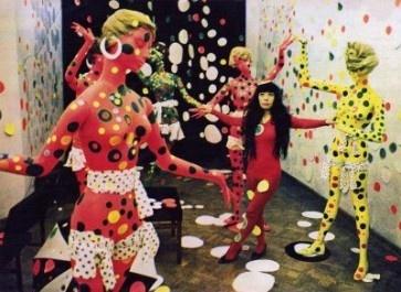Yayoi Kusama in haar Polka Dot Love Room in de Internationale Galerie Orez in Den Haag, 1967. Foto: Harrie Verstappen en J.J. Frericks.