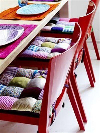 Patchwork é muito bonito, prático e fácil de fazer, mas não encha a casa com ele: se você usar pontualmente, como nessas almofadas de assento, é muito melhor!