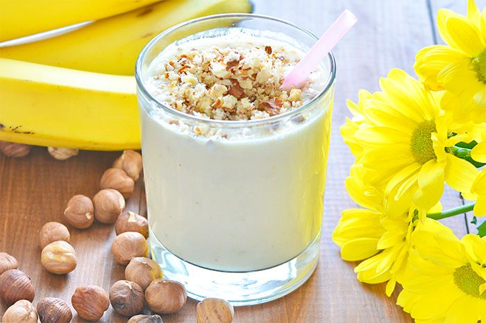 An easy, delicious and healthy three-ingredient smoothie (banana, yogurt and hazelnut). An ideal smoothie for breakfast, snack or post-workout recovery.