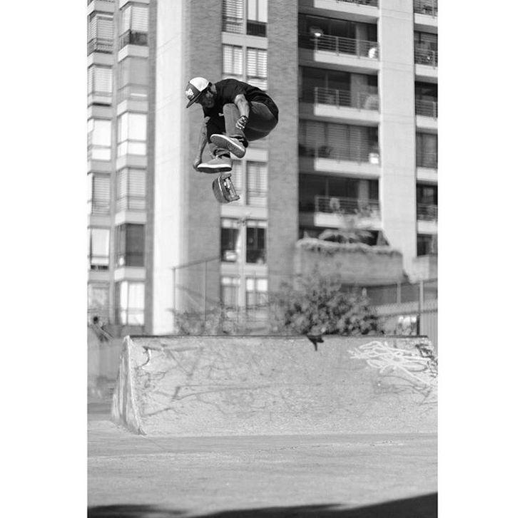 John Bejarano kickflip, uno de mis skaters favoritos. Andrew Perdomo fotógrafo Skateboarding.