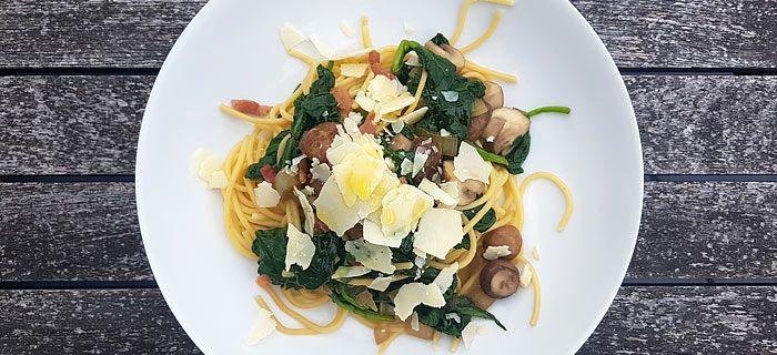 Deze snelle spaghetti met roergebakken spinazie, champignons, spekjes en Parmezaanse kaas is makkelijk te maken. Het lekkere recept vind je hier.