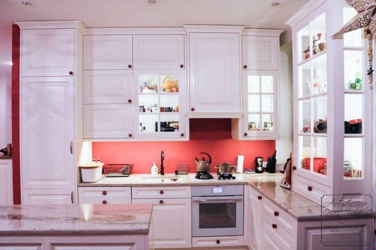 kuchnia klasyczna z kolorem, traditional kitchen  cabinets with red wall