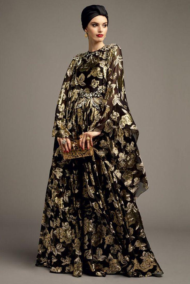 Para las menos ortodoxas de la religión, el uso del turbante puede ser otra opción. Vestido largo con mangas campana en seda estampada de flores doradas, acompañado con un clutch dorado, ideal para una celebración (Vogue Arabia)