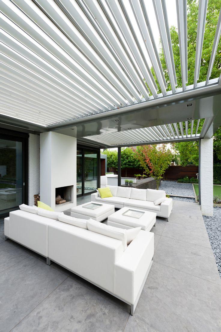 Afhankelijk van de stijl van de woning, kun je kiezen tussen bijvoorbeeld een aluminium of een houten overkapping, eventueel met lamellen die bij regen kunnen worden gesloten of een kap met een lichtstraat en glazen wanden.