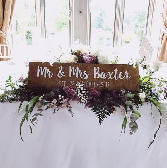 Sr. y Sra., Cartel de boda de madera pintado a mano, cartel de mesa superior