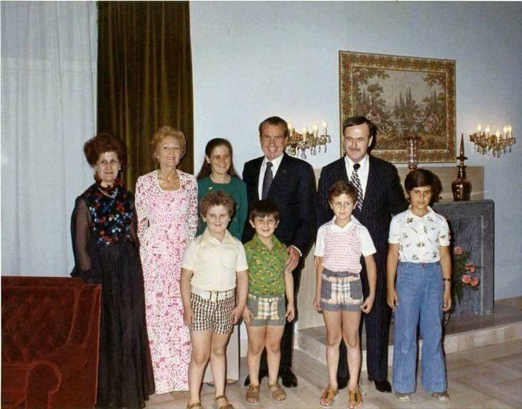 foto van 15 juni 1974 toen ex-amerikaanse president en mrs. nixon in damascus aankwamen.  Hier zien we president en mrs. nixon met wijlen president hafez al-assad en first lady aniseh makhlouf al-assad
