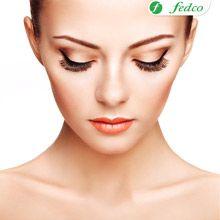 Ojos llamativos y sencillos son tendencia para este mes, un delineado impecable y tonos cobre lograr un efecto elegante.