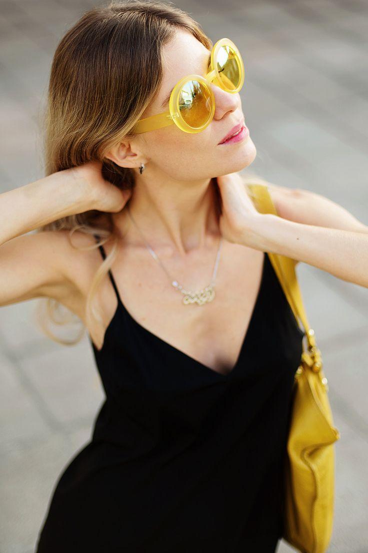 Te mostramos una nueva tendencia vestido sobre jeans. Si eres mas conservadora puedes usar vestido mini, como yo, para no parecer tan extravagante, pero aun actual. vestido, jeans: Zara chaqueta: Forever 21 cartera, ballerinas: Max&Co lentes:Peppermint Chile #tequeda #chile #lentes #moda #amarillo