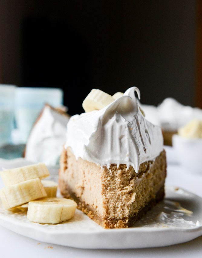 peanut butter cheesecake with whipped marshmallow and bananas I howsweeteats.com
