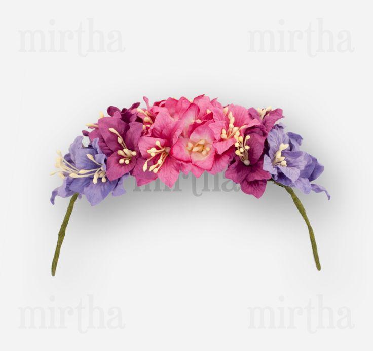 Puedes decorar cualquier recogido o peinado especial con este tocado de flores para el pelo formado por lirios morados, fucsias y rosas