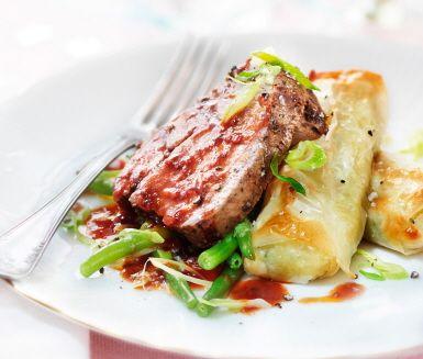Recept: Pepparstekt oxfilé med jordärtskocksstrudel och rostad vitlökssås