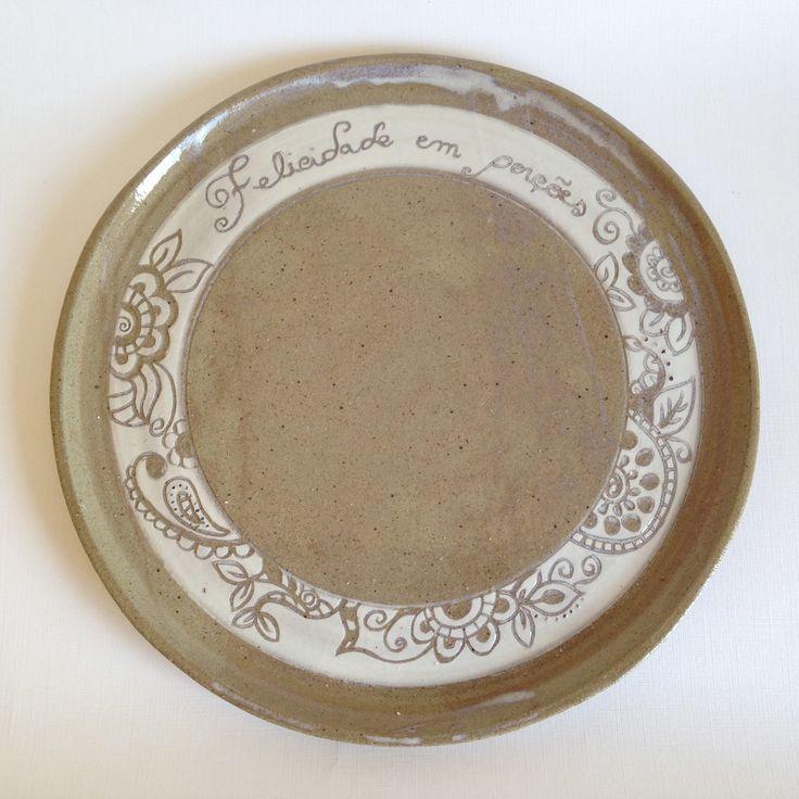 Prato de cerâmica para bolo com detalhes em esgrafito