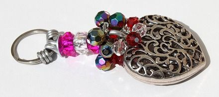 """Porte-clefs avec 3 rondelles de verre et des perles de couleur à facettes et agrémentées d'un gros coeur: """"Eclats de coeur"""""""