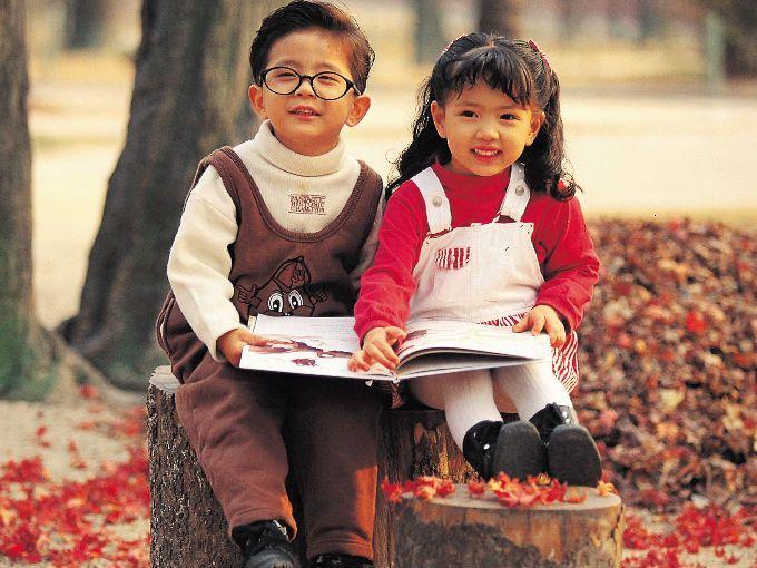 El amor por la lectura es algo que debemos cultivar desde la infancia. Los niños que disfrutan de leer tienen mejor capacidad de retención y un vocabulario más extenso de acuerdo a estudios dados a conocer por la publicación inglesa The Guardian.  Es importante que nosotros como padres ayudemos a nuestros hijos desde pequeños para que la lectura se vuelva parte de su vida y no algo que repudien a lo largo de su escolaridad.
