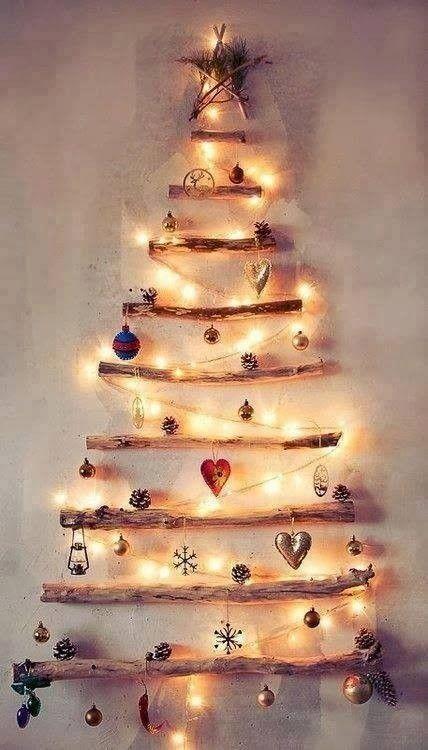 Des branches de bois séchées + de la colle + un mur + des boules de Noël = Un beau sapin de Noël pas cher !